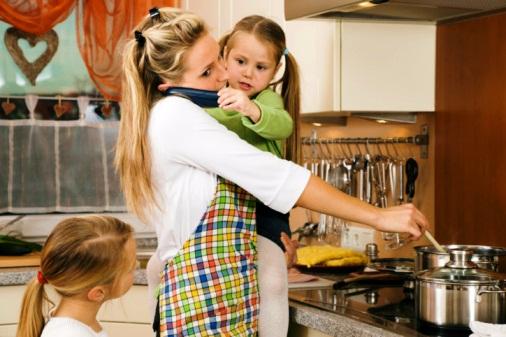 poză mama şi copiii la bucătărie
