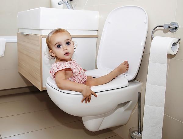 poza copil la baie in WC