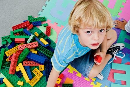 poza copil se joaca cu lego