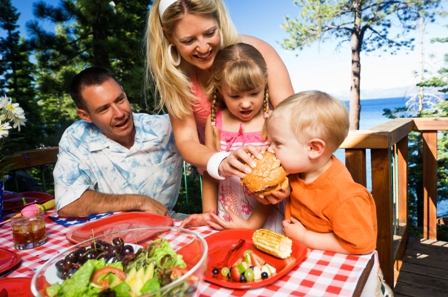 poza copii si parinti la masa