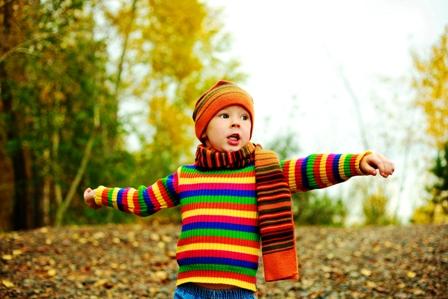 poza copil arunca pietre in parc