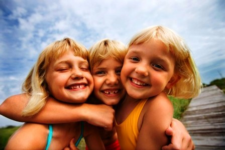 poza copii la mare bucurosi