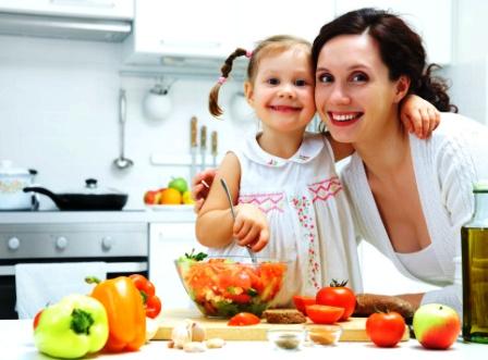mama si copilul la bucatarie gatesc impreuna