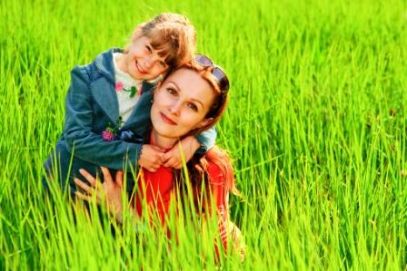 mama si fiica la iarba verde