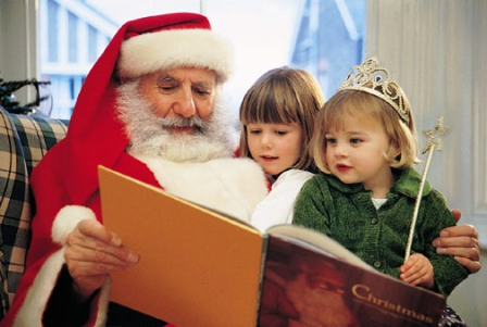 poza Mos Craciun si copiii citesc povesti