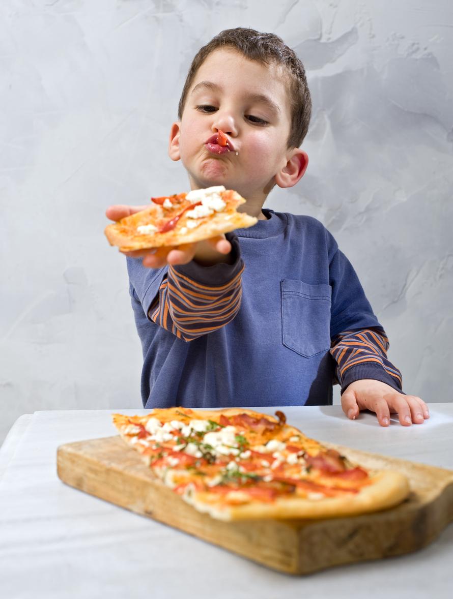 copil mancand pizza