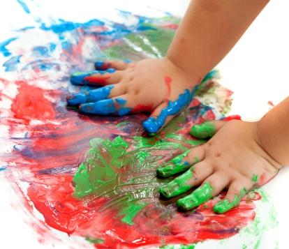copilul se joaca cu diferite culori