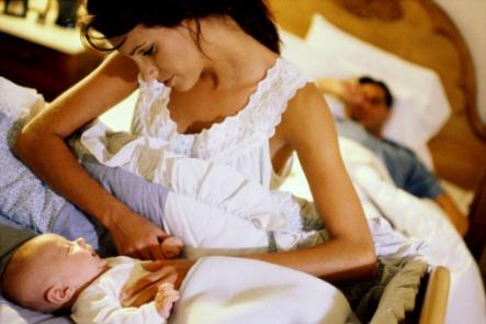 mama langa patutul copilului