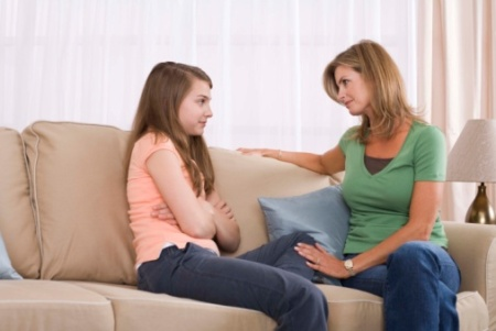 mama discuta cu fiica in perioada de pubertate