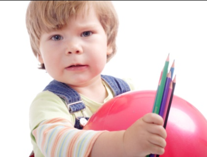 copilul alege obiectele preferate