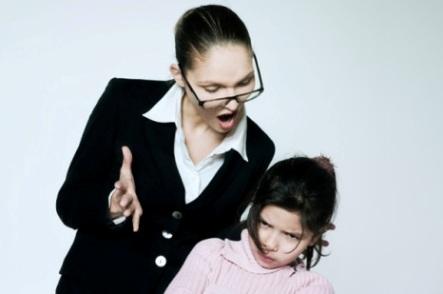 mama trateaza cu superioritate copilul