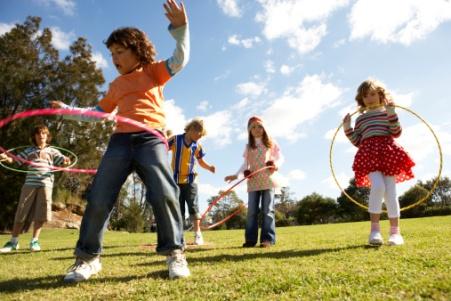 copii jucandu-se in parc