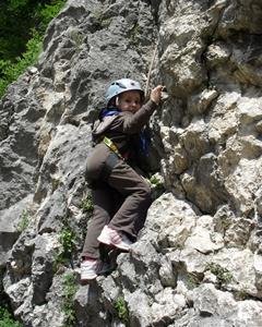 copil care escaladeaza