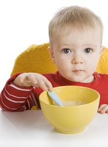 copil care mananca supa