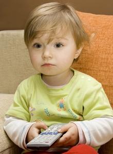 copil concentrat in fata televizorului