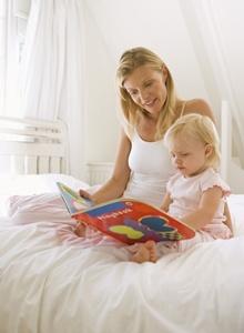 mamica ce ii citeste copilului