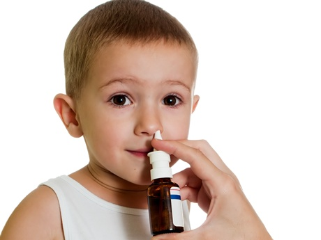 copil care ia picaturi de nas