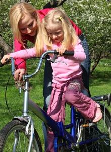 copil care invata sa mearga pe bicicleta