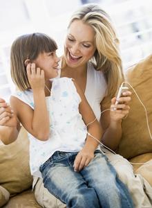 mama si fiica ascultand muzica