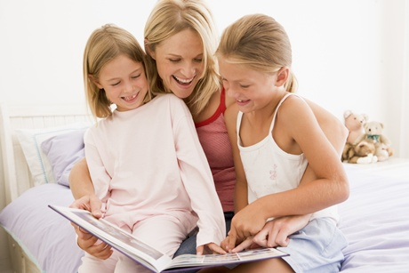mama care citeste povesti copiilor