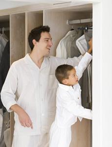 tata care isi ajuta copilul sa se imbrace