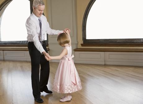 tata care danseaza cu fata lui