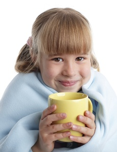 copil care bea ceai