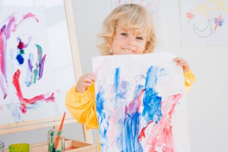 copil care picteaza