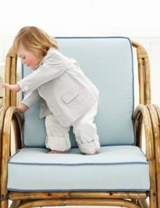 copil care se urca singur pe un scaun