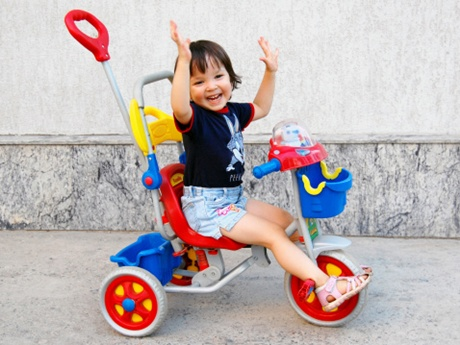 copil pe tricicleta