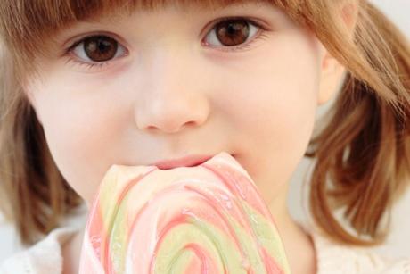 copil care mananca dulciuri