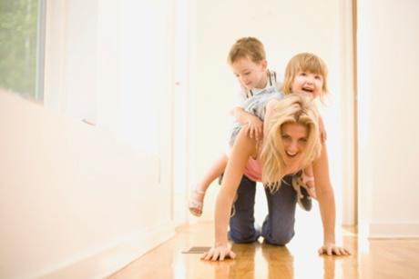 mama si copii care se joaca