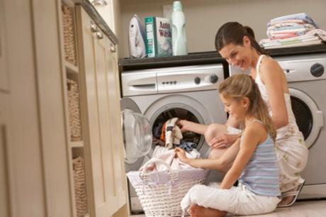 mama si copilul desfasoara activitati casnice