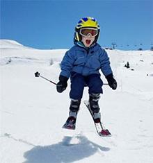 poza cu schiuri pentru copii