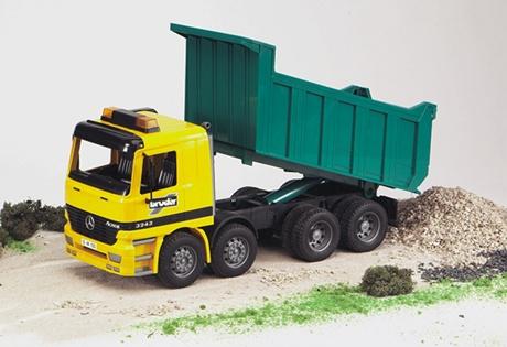 poza cu un camion de jucarie