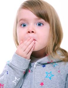 copil care isi arata gurita