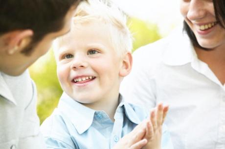 copil care vorbeste si gesticuleaza
