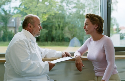 Medic sta de vorba cu pacienta