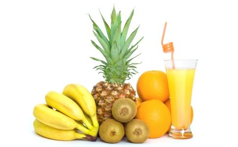 Cos cu fructe si pahar cu suc