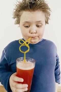 Copil gras band suc de fructe