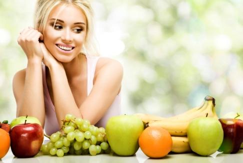 Femeie si fructe