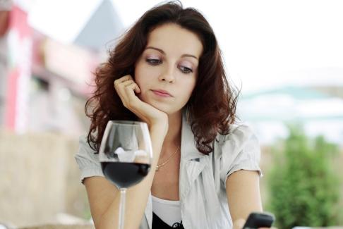 Tanara cu un pahar cu vin rosu