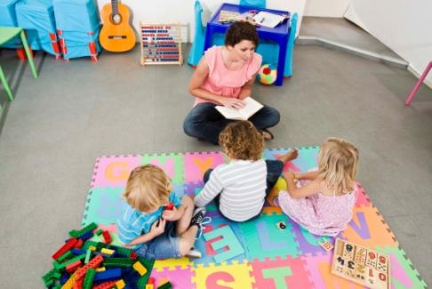 Educatoare citeste copiilor