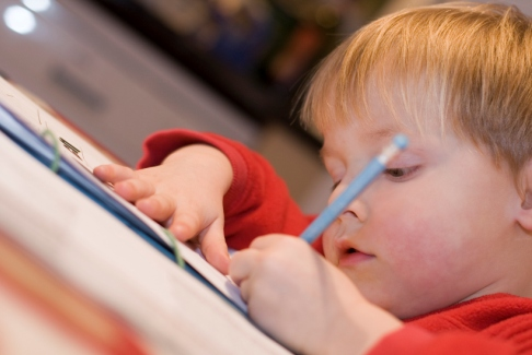 Copil invata sa scrie