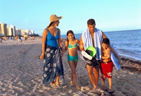 Familie plimbandu-se pe plaja