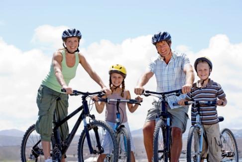Parinti si copii pe biciclete