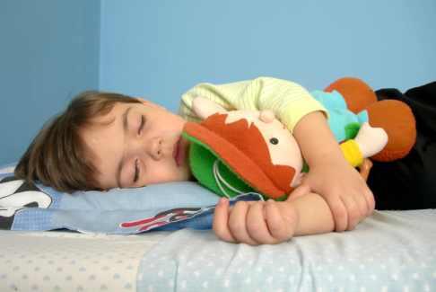 Baietel dormind