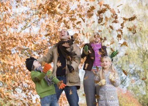 Familie si frunze uscate