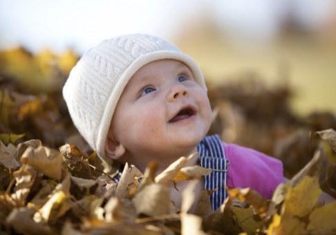 Copil si frunze uscate