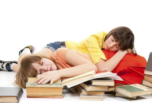 Fete dormind pe carti